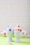 Uova di Pasqua colorate in supporto ed in piume Fotografie Stock