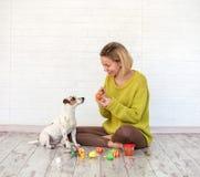 Uova di Pasqua di colore del cane e della donna Immagine Stock Libera da Diritti