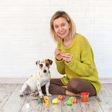 Uova di Pasqua di colore del cane e della donna Immagine Stock
