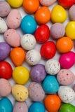 Uova di Pasqua Colourful confuse su fondo bianco fotografie stock libere da diritti