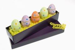Uova di Pasqua Colourful in una casella Immagini Stock