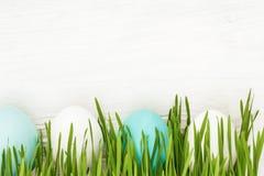Uova di Pasqua Con erba verde Fotografia Stock