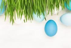 Uova di Pasqua Con erba verde Immagine Stock Libera da Diritti