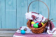 Uova di Pasqua con gli asciugamani di tela Fotografia Stock Libera da Diritti