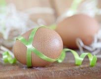 Uova di Pasqua Con i fiori immagini stock libere da diritti
