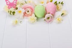 Uova di Pasqua con i fiori del ranunculus Fotografie Stock Libere da Diritti