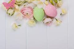Uova di Pasqua con i fiori del ranunculus Fotografie Stock