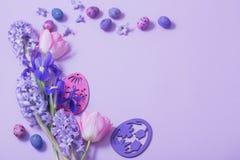 Uova di Pasqua Con i fiori della molla Immagine Stock