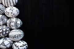 Uova di Pasqua con i modelli differenti disegnati a mano di scarabocchio su una b fotografia stock libera da diritti