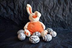 Uova di Pasqua con i modelli ed il Cu differenti disegnati a mano di scarabocchio Fotografie Stock