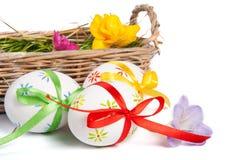 Uova di Pasqua Con i nastri in cestino Fotografia Stock Libera da Diritti