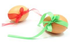 Uova di Pasqua con i nastri verdi e rossi Immagini Stock