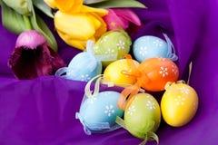 uova di Pasqua con i tulipani Fotografie Stock