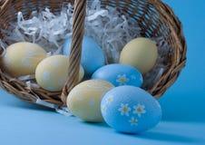 Uova di Pasqua Con il cestino Fotografia Stock Libera da Diritti
