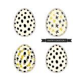 Uova di Pasqua con il modello astratto e nastro nero con il ` Pasqua felice del testo! ` isolato su fondo bianco Insieme di proge Immagini Stock Libere da Diritti