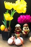 uova di Pasqua con il nastro di colore ed il pollo sveglio del cioccolato decorati con il fiore - tulipano e geocint Fotografia Stock