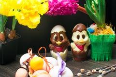 uova di Pasqua con il nastro di colore ed il pollo sveglio del cioccolato decorati con il fiore - tulipano e geocint Fotografia Stock Libera da Diritti