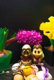 uova di Pasqua con il nastro di colore ed il pollo sveglio del cioccolato decorati con il fiore - tulipano e geocint su fondo ner Immagini Stock