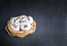 Uova di Pasqua con l'iscrizione dell'iscrizione della mano ciao Aloha, ciao fotografie stock libere da diritti
