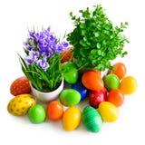 Uova di Pasqua con la cartolina dei fiori Fotografia Stock