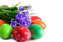 Uova di Pasqua con la cartolina dei fiori Immagini Stock