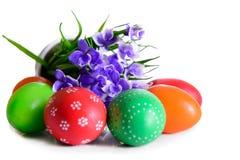 Uova di Pasqua con la cartolina dei fiori Fotografie Stock