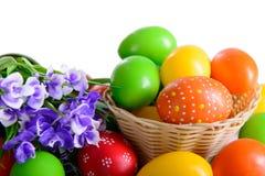 Uova di Pasqua con la cartolina dei fiori Fotografie Stock Libere da Diritti