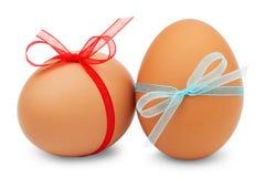 Uova di Pasqua Con nastri su priorità bassa bianca Fotografia Stock