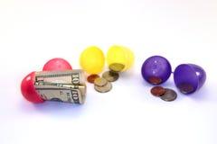 Uova di Pasqua con soldi dentro Fotografie Stock