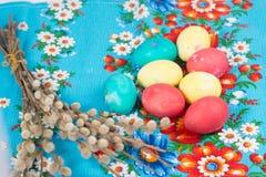 Uova di Pasqua Con un salice Immagini Stock