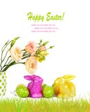 Uova di Pasqua, coniglietti e mazzo di divertimento dei fiori isolati Immagini Stock