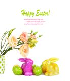 Uova di Pasqua, coniglietti e mazzo di divertimento dei fiori isolati Fotografie Stock