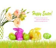 Uova di Pasqua, coniglietti e mazzo di divertimento dei fiori isolati Fotografie Stock Libere da Diritti