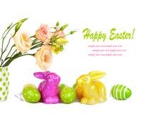 Uova di Pasqua, coniglietti e mazzo di divertimento dei fiori isolati Fotografia Stock Libera da Diritti