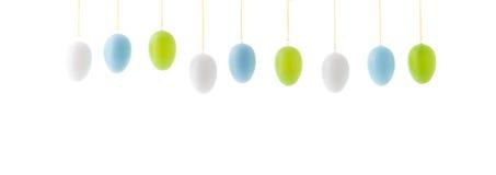 Uova di Pasqua d'attaccatura variopinte di fila Fotografia Stock Libera da Diritti