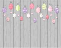 Uova di Pasqua d'attaccatura variopinte Priorità bassa di legno rustica Stile del fumetto immagine stock libera da diritti