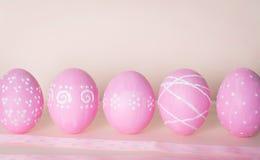 Uova di Pasqua Decorate Fondo con le uova di Pasqua e lo spac della copia Immagine Stock Libera da Diritti