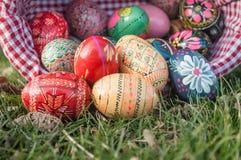 Uova di Pasqua decorative in all'aperto nell'erba Immagini Stock Libere da Diritti