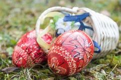 Uova di Pasqua decorative in all'aperto nell'erba Immagini Stock