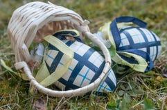 Uova di Pasqua decorative in all'aperto nell'erba Immagine Stock
