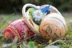 Uova di Pasqua decorative in all'aperto nell'erba Fotografie Stock