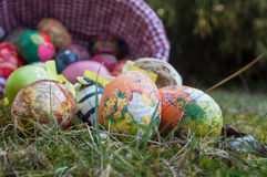 Uova di Pasqua decorative in all'aperto nell'erba Fotografia Stock
