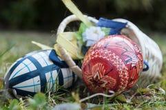 Uova di Pasqua decorative in all'aperto nell'erba Fotografie Stock Libere da Diritti