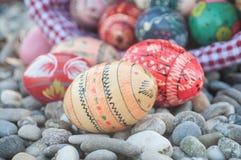 Uova di Pasqua decorative in all'aperto nella ghiaia Fotografie Stock Libere da Diritti