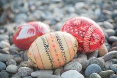 Uova di Pasqua decorative in all'aperto nella ghiaia Immagini Stock