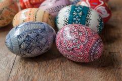 Uova di Pasqua decorative in all'aperto sulla tavola di legno Fotografie Stock