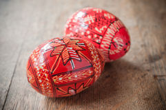 Uova di Pasqua decorative in all'aperto sulla tavola di legno Fotografia Stock Libera da Diritti