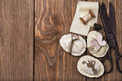 Uova di Pasqua decorative con gli strumenti Immagini Stock