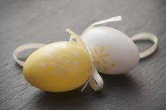 Uova di Pasqua decorative sul fondo della lavagna Fotografia Stock
