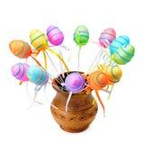 Uova di Pasqua decorative in una brocca dell'argilla isolata su bianco Fotografie Stock Libere da Diritti